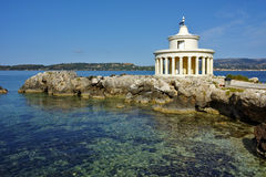 圣西奥多, Kefalonia,希腊灯塔惊人的风景在阿尔戈斯托利的 库存图片