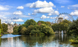 从圣詹姆斯公园的看法往伦敦地平线在一个晴天 图库摄影