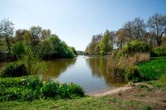 圣詹姆斯` s有喷泉的,伦敦Park湖看法  免版税库存图片