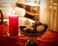 圣诞前夕在家,红色装饰和款待在桌上 免版税库存图片