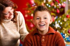 圣诞前夕母亲儿子xmas 库存图片