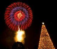 圣诞前夕烟花光圣诞老人结构树 免版税图库摄影