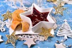 圣诞前夕的红色罗宋汤和蘑菇酥皮点心 库存图片