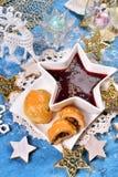 圣诞前夕的红色罗宋汤和蘑菇酥皮点心 免版税库存图片
