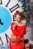 圣诞前夕礼品节假日许多装饰品 五午夜 在大时钟附近的女孩 免版税库存图片