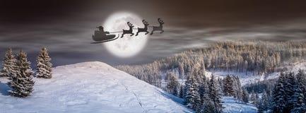 圣诞前夕背景、童话场面与圣诞老人在雪橇和驯鹿飞行在天空 库存照片