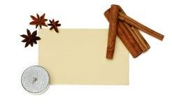 圣诞卡、蜡烛和桂香 免版税库存照片