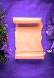 圣诞卡在紫罗兰的空白羊皮纸 图库摄影