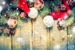 圣诞卡杉树戏弄红色球圣诞老人` s帽子 免版税库存照片