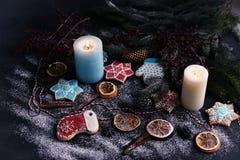 圣诞卡片,飞溅屏幕 圣诞树和姜饼在轻的背景 新年庆祝和圣诞节概念 库存图片