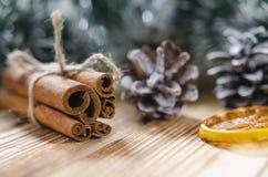 圣诞卡片:桂香和切片圣诞节的桔子 免版税库存图片