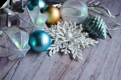 圣诞卡的模板 与银色分支的假日背景,圣诞节戏弄,在木灰色后面的装饰雪花 库存照片