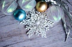 圣诞卡的模板 与银色分支的假日背景,圣诞节戏弄,在木灰色后面的装饰雪花 免版税库存照片