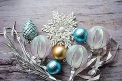 圣诞卡的模板 与银色分支的假日背景,圣诞节戏弄,在木灰色后面的装饰雪花 库存图片