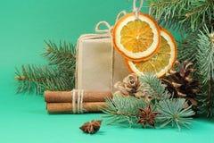 圣诞卡的绿色背景用桔子 免版税库存照片