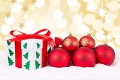 圣诞卡礼物担任主角装饰礼物和红色球 免版税图库摄影