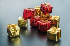 圣诞卡红色金黄微小的礼物盒 库存图片