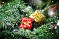 圣诞卡红色金黄箱子具球果葡萄酒 库存图片