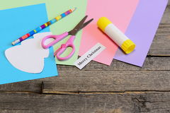 圣诞卡讲解 步骤 开玩笑艺术 树样式,色纸覆盖,剪刀,胶浆棍子,铅笔,与文本的纸板料 免版税库存图片
