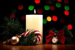 圣诞卡:圣诞树分支,计时,对光检查,糖果ho 库存图片