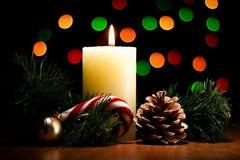 圣诞卡:圣诞树分支,锥体,蜡烛,糖果ho 库存照片