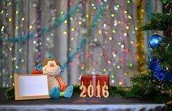 圣诞卡2016年 猴子的年 玩具猴子 免版税库存图片