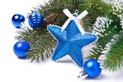 圣诞卡-担任主角,蓝色球,冷杉分支,被隔绝 图库摄影