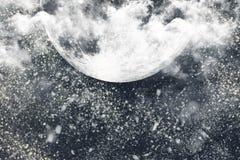 圣诞夜与黑暗的天空,月亮的云彩的冬天背景 免版税库存照片