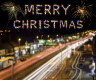 圣诞快乐五颜六色的烟花伦敦市光足迹 库存图片