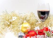 圣诞快乐和新年好与酒欢呼和装饰与礼物盒 图库摄影