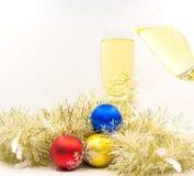 圣诞快乐和新年好与香槟欢呼 免版税库存图片