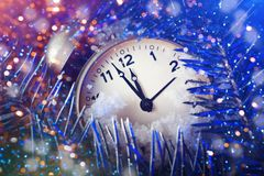圣诞快乐和新年好 与新年装饰的新年` s背景 新年` s卡片 免版税库存照片