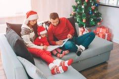 圣诞快乐和新年好 画与在彩图的铅笔的成人的图片 集中他们 图库摄影