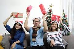 圣诞快乐和新年快乐假日 亚裔朋友在sa中 图库摄影