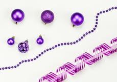 圣诞快乐和新年快乐构成和装饰:圣诞节玩具,花冠,桃红色丝带 库存照片
