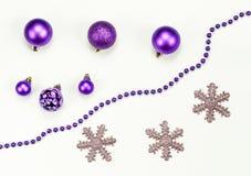 圣诞快乐和新年快乐构成和装饰:圣诞节玩具,花冠,雪花 免版税库存图片