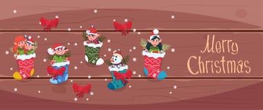 圣诞快乐和新年快乐贺卡圣诞老人垂悬在礼物袜子寒假概念横幅的Elfs 向量例证