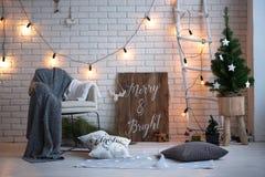 圣诞快乐和新年砖墙背景 白色装饰 顶楼样式 免版税库存图片