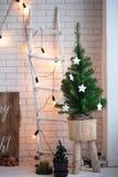 圣诞快乐和新年砖墙背景 白色装饰 顶楼样式 库存图片
