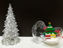 圣诞快乐和新年快乐、白色清楚的Xmas树和微小的颜色Xmas树垂悬的球戏弄 库存照片