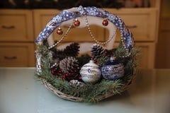 圣诞快乐和新年装饰,球,诗歌选,在篮子的杉木锥体 节假日的概念 图库摄影