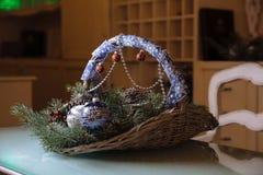 圣诞快乐和新年装饰,球,诗歌选,在篮子的杉木锥体 节假日的概念 库存图片