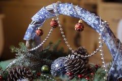 圣诞快乐和新年装饰,球,诗歌选,在篮子的杉木锥体 节假日的概念 库存照片