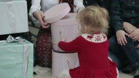 圣诞快乐和节日快乐快乐的母亲和他们的孩子有xmas礼物的 股票录像