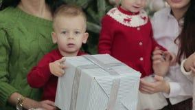 圣诞快乐和节日快乐快乐的母亲和他们的孩子有xmas礼物的 股票视频