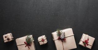 圣诞快乐和节日快乐!包裹礼物背景 库存照片