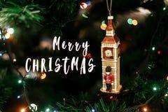 圣诞快乐在女王/王后` s卫兵的文本标志在大笨钟christm附近 图库摄影