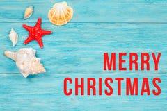 圣诞快乐在蓝色板条的问候文本 免版税库存照片