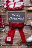 圣诞快乐在经典样式的贺卡:红色,白色,木头 免版税库存照片