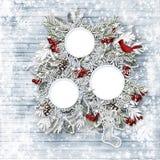 圣诞快乐家庭卡片 冬天木背景 库存图片